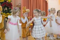 Gomel Białoruś, GRUDZIEŃ, - 22, 2016: Nowego Roku ` s wakacje dla dzieci w dziecinu Dzieci 3, 4 roku - Zdjęcia Stock