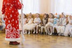 Gomel Białoruś, GRUDZIEŃ, - 22, 2016: Nowego Roku ` s wakacje dla dzieci w dziecinu Dzieci 3, 4 roku - Fotografia Royalty Free