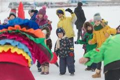 Gomel Białoruś, GRUDZIEŃ, - 25, 2016: Nowy Rok dzieci ` s przyjęcie przy siedzibą Święty Mikołaj Dzieci bawić się w zimie outdoor Fotografia Stock
