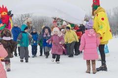 Gomel Białoruś, GRUDZIEŃ, - 25, 2016: Nowy Rok dzieci ` s przyjęcie przy siedzibą Święty Mikołaj Dzieci bawić się w zimie outdoor Obrazy Royalty Free