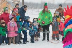 Gomel Białoruś, GRUDZIEŃ, - 25, 2016: Nowy Rok dzieci ` s przyjęcie przy siedzibą Święty Mikołaj Dzieci bawić się w zimie outdoor Obrazy Stock