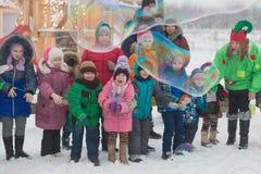 Gomel Białoruś, GRUDZIEŃ, - 25, 2016: Nowy Rok dzieci ` s przyjęcie przy siedzibą Święty Mikołaj Dzieci bawić się w zimie outdoor Zdjęcia Royalty Free