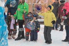 Gomel Białoruś, GRUDZIEŃ, - 25, 2016: Nowy Rok dzieci ` s przyjęcie przy siedzibą Święty Mikołaj Dzieci bawić się w zimie outdoor Zdjęcia Stock