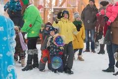 Gomel Białoruś, GRUDZIEŃ, - 25, 2016: Nowy Rok dzieci ` s przyjęcie przy siedzibą Święty Mikołaj Dzieci bawić się w zimie outdoor Zdjęcie Royalty Free