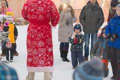 Gomel Białoruś, GRUDZIEŃ, - 25, 2016: Nowy Rok dzieci ` s przyjęcie przy siedzibą Święty Mikołaj Dzieci bawić się w zimie outdoor Obraz Stock