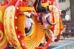 GOMEL, BIAŁORUŚ - 29 2017 Kwiecień: Dziecko wizyty dzieci ` s przyciągania w miasto parku Fotografia Stock
