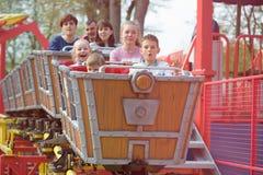 GOMEL, BIAŁORUŚ - 29 2017 Kwiecień: Dziecko wizyty dzieci ` s przyciągania w miasto parku Obrazy Stock