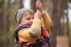 Gomel, Białoruś - 30 Kwiecień, 2017: Linowy miasteczko dla rodzinnego wakacje w wsi Rodzinna rywalizacja pokonywać powietrzną prz fotografia stock