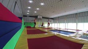 GOMEL BIAŁORUŚ, Lipiec, - 25, 2018: Dzieci skacze na trampolines w trampoline centrum NEO ziemi zbiory