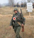 Gomel Białoruś, Listopad, - 26, 2017: Ponowny Ubierający Jako Niemieccy żołnierze W WW II Walczy Z działem Świętowanie 74 Fotografia Stock