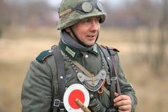 Gomel Białoruś, Listopad, - 26, 2017: Ponowny Ubierający Jako Niemieccy żołnierze W WW II Walczy Z działem Świętowanie 74 Obraz Royalty Free