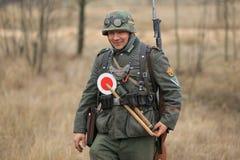 Gomel Białoruś, Listopad, - 26, 2017: Ponowny Ubierający Jako Niemieccy żołnierze W WW II Walczy Z działem Świętowanie 74 Fotografia Royalty Free