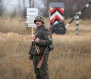 Gomel Białoruś, Listopad, - 26, 2017: Ponowny Ubierający Jako Niemieccy żołnierze W WW II Walczy Z działem Świętowanie 74 Zdjęcie Stock