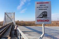 Gomel, Białoruś - 28 2017 Luty: kolejowy most przez rzecznego Sozh Obraz Stock