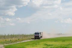 Gomel Białoruś, Maj, - 4, 2016: ciężarówka z markizą wykonuje bydlę transport w agro PAŹDZIERNIKU Obrazy Stock