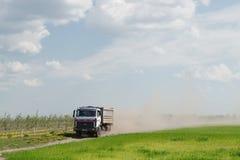 Gomel Białoruś, Maj, - 4, 2016: ciężarówka z markizą wykonuje bydlę transport w agro PAŹDZIERNIKU Obraz Royalty Free