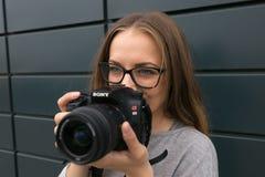 GOMEL, BIAŁORUŚ - 24 2017 MAJ: Dziewczyna Z szkłami z SONY kamerą Zdjęcia Royalty Free