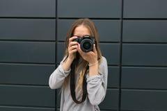 GOMEL, BIAŁORUŚ - 24 2017 MAJ: Dziewczyna Z szkłami z SONY kamerą Obraz Royalty Free