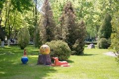 GOMEL BIAŁORUŚ, Maj, - 20, 2017: Małe architektoniczne formy w lato parku Zdjęcie Stock