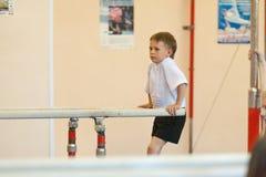 Gomel Białoruś, MAJ, - 21, 2012: Rywalizacja wśród chłopiec w 2006, 2007 w gimnastykach - Dyscyplina - ogólny fizyczny szkolenie Zdjęcia Stock