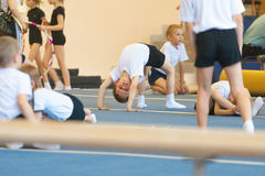 Gomel Białoruś, MAJ, - 21, 2012: Rywalizacja wśród chłopiec w 2006, 2007 w gimnastykach - Dyscyplina - ogólny fizyczny szkolenie Obraz Royalty Free