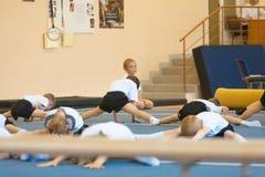 Gomel Białoruś, MAJ, - 21, 2012: Rywalizacja wśród chłopiec w 2006, 2007 w gimnastykach - Dyscyplina - ogólny fizyczny szkolenie Zdjęcie Royalty Free