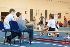 Gomel Białoruś, MAJ, - 21, 2012: Rywalizacja wśród chłopiec w 2006, 2007 w gimnastykach - Dyscyplina - ogólny fizyczny szkolenie Zdjęcie Stock