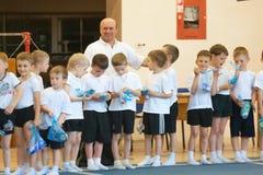 Gomel Białoruś, MAJ, - 21, 2012: Rywalizacja wśród chłopiec w 2006, 2007 w gimnastykach - Dyscyplina - ogólny fizyczny szkolenie Fotografia Stock