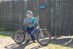 Gomel Białoruś, MAJ, - 4, 2015: wiosek dzieci jadą rowery i naprawiać one obrazy stock