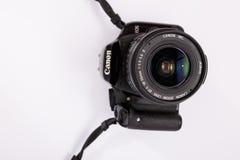 GOMEL, BIAŁORUŚ - 23 Marzec 2017: Kamera CANON 450d z obiektywu zestawem 18-55 mm Zdjęcia Stock