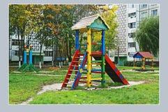Gomel, Białoruś, SIERPIEŃ 22, 2006: Dziecka ` s boisko w podwórzu mieszkanie dom Zdjęcie Royalty Free