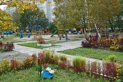 Gomel, Białoruś, SIERPIEŃ 22, 2006: Dziecka ` s boisko w podwórzu mieszkanie dom Zdjęcia Stock
