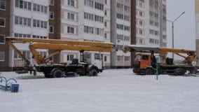 GOMEL BIAŁORUŚ, STYCZEŃ, - 13, 2019: ciężarówka opóźniająca w śniegu _ zdjęcie wideo