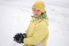 GOMEL BIAŁORUŚ, STYCZEŃ, - 15, 2017: Dzieci bawić się snowballs w śniegu w zimie Zdjęcie Stock