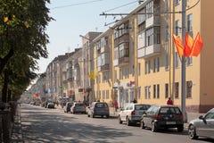Gomel Białoruś, Wrzesień, - 21, 2011: Niezidentyfikowani ludzie i samochody poruszający na zwycięstwo ulicie Fotografia Stock