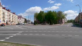 GOMEL BIA?ORU?, MAJ, - 2, 2019: ruch drogowy na Kommunarov ulicie zbiory wideo