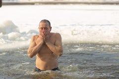 Gomel Białoruś, STYCZEŃ, - 19, 2017: Kąpać się w dziur Ortodoksalnych ludziach na wakacyjnym chrzczeniu Chrystus Obrazy Royalty Free