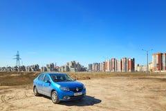 GOMEL, BIELORRÚSSIA - 7 de abril de 2018: Carro azul RENAULT LOGAN estacionado na borda da estrada imagem de stock
