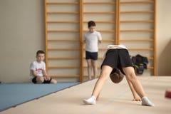Gomel, Bielorrússia - 30 de abril de 2016: esportes entre meninos e em 2005-2006 o estilo livre carregado meninas Palácio de espo Fotos de Stock Royalty Free
