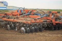 GOMEL, BIELORRÚSSIA - 19 DE ABRIL DE 2017: O trator de Bielorrússia cultiva um pedaço de terra Foto de Stock Royalty Free