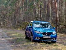 GOMEL, BIELORRÚSSIA - 10 DE ABRIL DE 2019: o carro azul de Renault Logan é estacionado na floresta fotos de stock royalty free