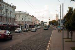 Gomel, Bielorrússia - 15 de agosto de 2016: Ônibus da cidade que move-se ao longo da rua fotografia de stock royalty free