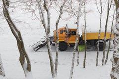 Gomel, Bielorrússia - 25 de dezembro de 2016: o snowblower limpa o parque da cidade da trilha foto de stock