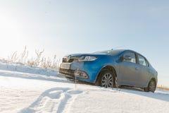 Gomel, Bielorrússia - 8 de fevereiro de 2017: Renault Logan na estrada secundária do inverno imagem de stock royalty free