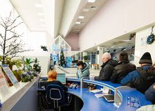 Gomel, Bielorrússia - 24 de janeiro de 2018: Os povos na linha na mesa de recepção em Beltelecom em Lenin esquadram fotos de stock