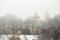 GOMEL, BIELORRÚSSIA - 19 de janeiro de 2018: Peter e Paul Cathedral na cidade estacionam na névoa Foto de Stock Royalty Free