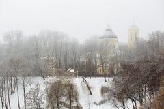 GOMEL, BIELORRÚSSIA - 19 de janeiro de 2018: Peter e Paul Cathedral na cidade estacionam na névoa Fotografia de Stock Royalty Free