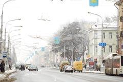 GOMEL, BIELORRÚSSIA - 19 de janeiro de 2018: Trafique o tráfego na avenida de Lenin no inverno Fotografia de Stock