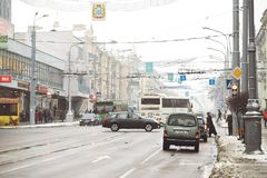 GOMEL, BIELORRÚSSIA - 19 de janeiro de 2018: Trafique o tráfego na avenida de Lenin no inverno Imagem de Stock Royalty Free