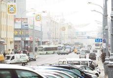 GOMEL, BIELORRÚSSIA - 19 de janeiro de 2018: Trafique o tráfego na avenida de Lenin no inverno Foto de Stock